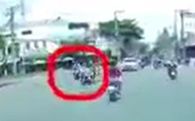 """[Clip]: Bị nữ """"ninja"""" tạt đầu xe, 2 thanh niên ngã sóng soài ra đường"""