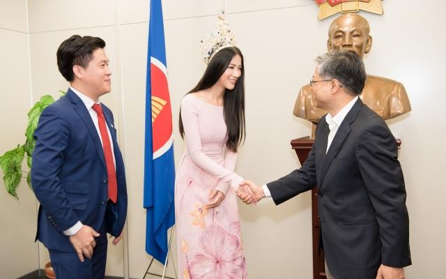 Hoa hậu Phương Khánh đẹp dịu dàng với áo dài truyền thông đến thăm Lãnh sự quán Việt Nam tại Nhật
