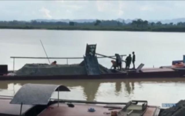 Xử lý 4 tàu khai thác cát trái phép trên sông Lam