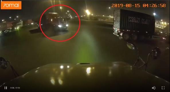 CLIP - Pha bẻ lái thần sầu, tránh một vụ tai nạn thảm khốc