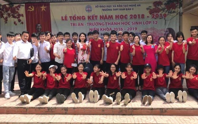 """Ngưỡng mộ lớp học nghèo vùng """"rốn lũ"""" Nghệ An có 39/40 học sinh đậu đại học"""