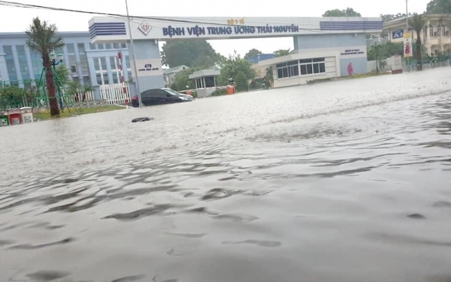 """TP Thái Nguyên chìm trong """"biển nước"""" sau cơn mưa lớn, nhiều tuyến đường ngập sâu"""