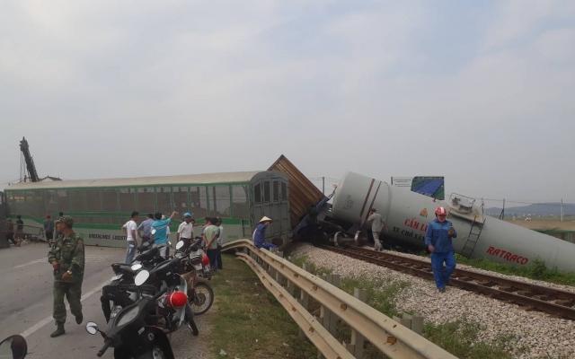 Cận cảnh những toa tàu gãy đứt văng ra khỏi đường ray sau cú va chạm kinh hoàng với xe tải