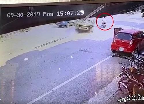 Pha đánh lái thần kỳ của tài xế xe tải, cứu sồng người đàn ông sang đường bất cẩn