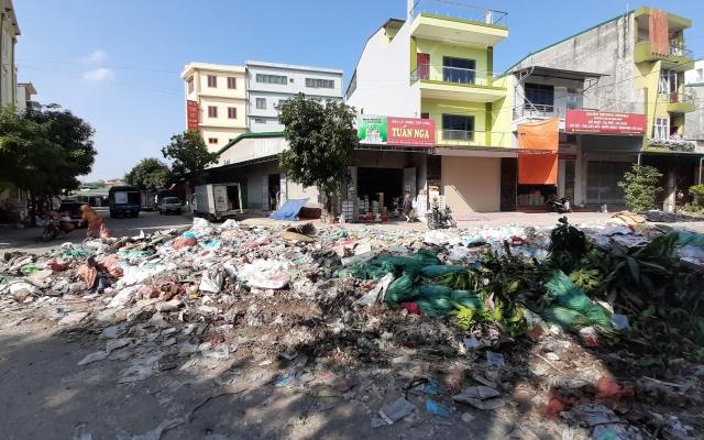 Khốn khổ vì rác thải chất đống bốc mùi khu vực chợ Vinh sau trận lụt lịch sử