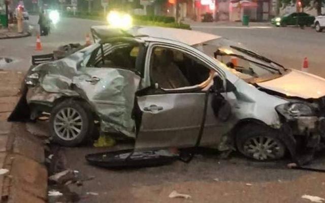 3 người chết 1 người nguy kịch trong chiếc ô tô nát bét