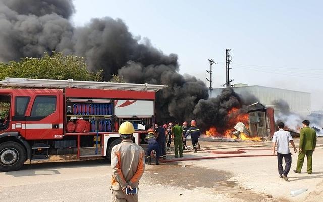 """""""Bà hỏa"""" thiêu rụi xưởng phế liệu tại Bắc Ninh"""