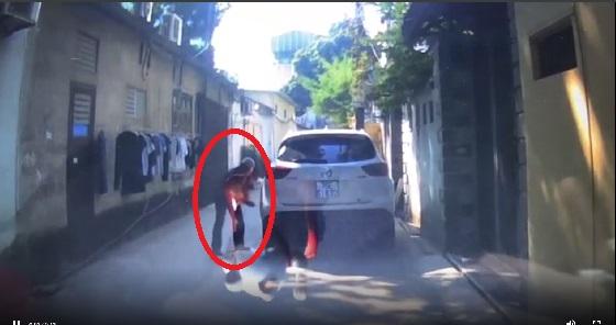 [Clip]: Ô tô bị chọc thủng lốp vì... đỗ xe chắn lối đi