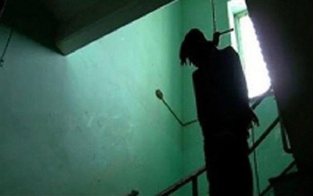 Bàng hoàng phát hiện người đàn ông treo cổ trong phòng trọ, tay cầm con dao