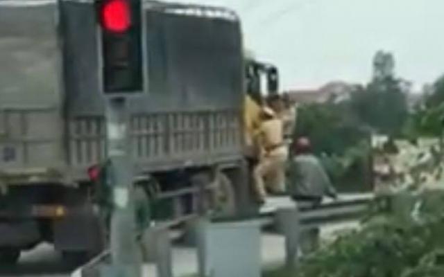 Tài xế không chấp hành, 2 CSGT buộc phải du bám ở cửa xe tải