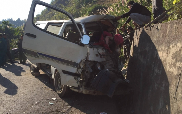 Xe chở đoàn người khuyết tật mất lái đâm vào vách núi, 8 người thương vong