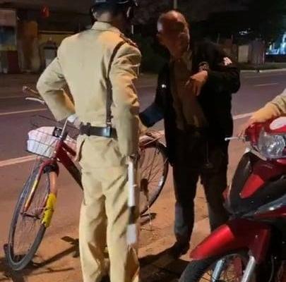 Phạt 500.000 đồng người đàn ông đi xe đạp trên quốc lộ vi phạm nồng độ cồn