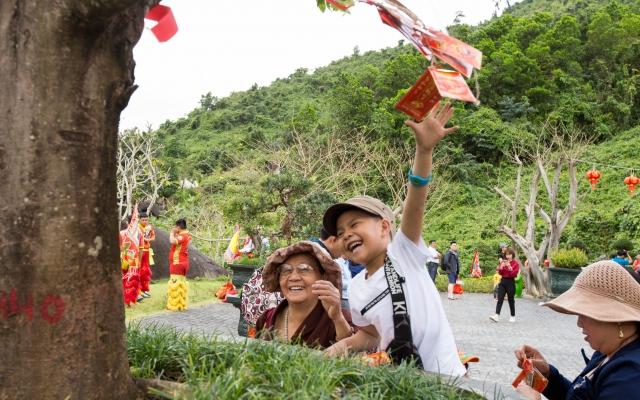 Đà Nẵng: Du khách nô nức hái lộc đầu xuân cầu may mắn, bình an