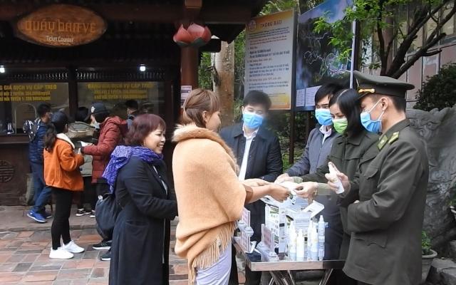 Phòng dịch nCoV, Yên Tử phát hàng nghìn khẩu trang cho du khách