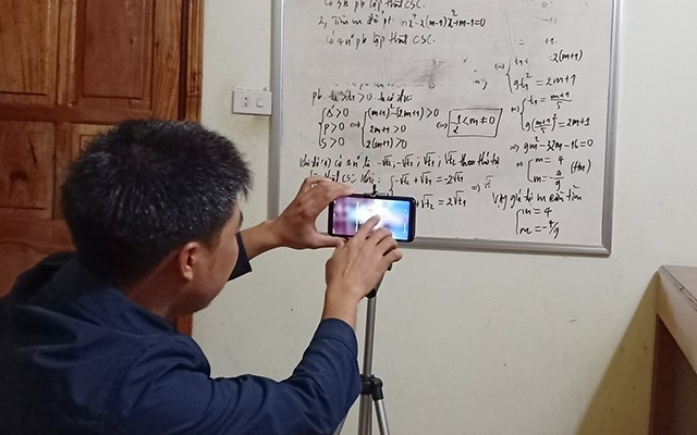 Giữa cơn bão Covid-19, thầy giáo tại Nghệ An quay video lên Youtube giúp học sinh ôn bài trong ngày nghỉ