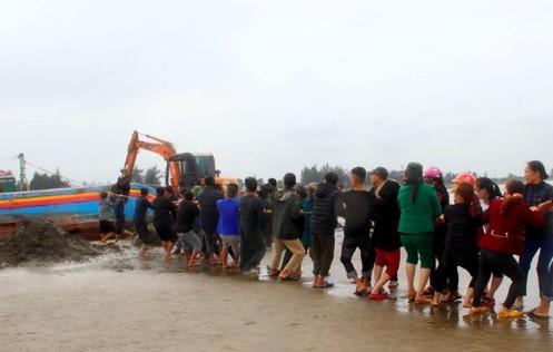 Trục vớt thành công tàu cá bị đánh chìm khi trên đường vào cảng