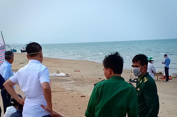Phát hiện thi thể người đàn ông không mặc áo dạt vào bờ biển Hà Tĩnh