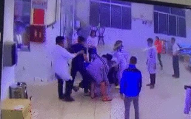 Clip: Người nhà bệnh nhân lao vào hành hung điều dưỡng, bảo vệ bệnh viện gục tại chỗ