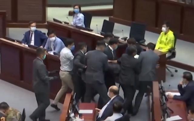 """Clip: Các nghị sĩ Hong Kong lao vào """"ăn thua"""" gây hỗn loạn trong cuộc họp"""