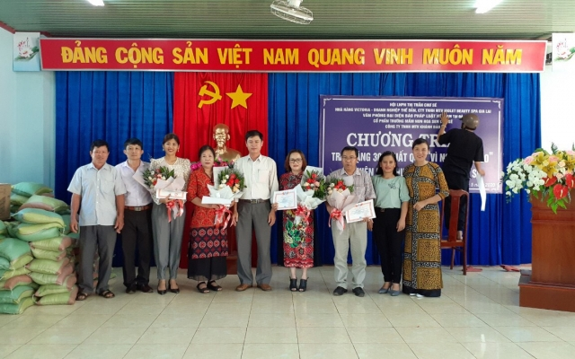 Báo Pháp luật Việt Nam cùng với Hội LHPN Thị trấn Chư Sê chung tay tặng quà các gia đình nghèo sau dịch Covid-19