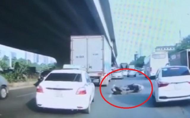 """Clip: Người đàn ông đi xe máy tự ngã ra đường """"ăn vạ"""" thô thiển"""