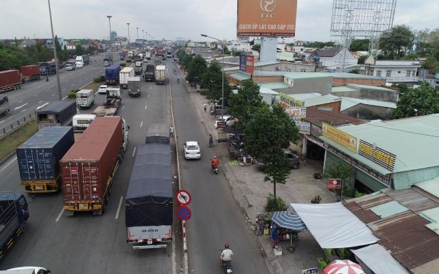 Biến Quốc lộ 1A thành bãi đậu xe, phục vụ một loạt quán cơm