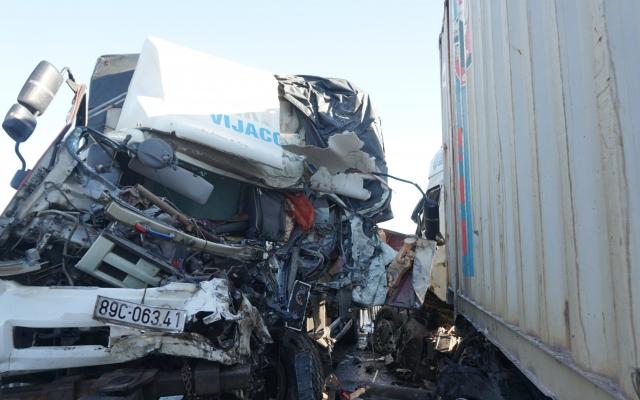 3 người thương vong sau cú đối đầu trực diện giữa xe tải và container