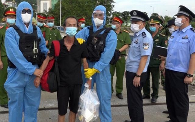 Lào Cai: Bàn giao 2 đối tượng tổ chức đưa người vượt biên cho công an Trung Quốc