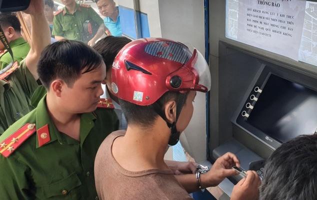 Nhóm người nước ngoài cài thiết bị vào ATM đánh cắp thông tin, chiếm đoạt tài sản