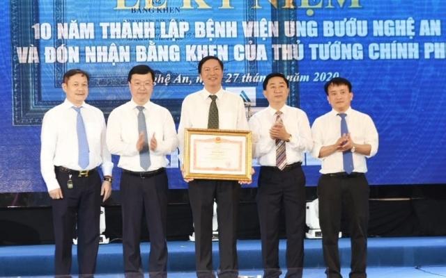 Bệnh viện Ung bướu Nghệ An vinh dự đón nhận Bằng khen của Thủ tướng Chính phủ