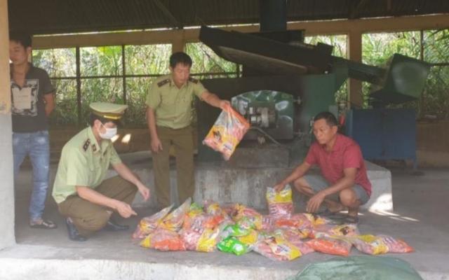 Lạng Sơn: Thu giữ và tiêu hủy 5.000 cây xúc xích lợn mốc
