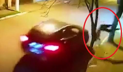 """Clip: Kinh hoàng cảnh ô tô """"húc"""" trực diện người đàn ông bắn lên vỉa hè, nằm bất động"""