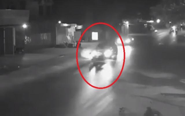 """Video: Kinh hoàng cảnh xe máy đi ngược chiều """"húc"""" trực diện vào ô tô và cái kết không ai ngờ tới"""