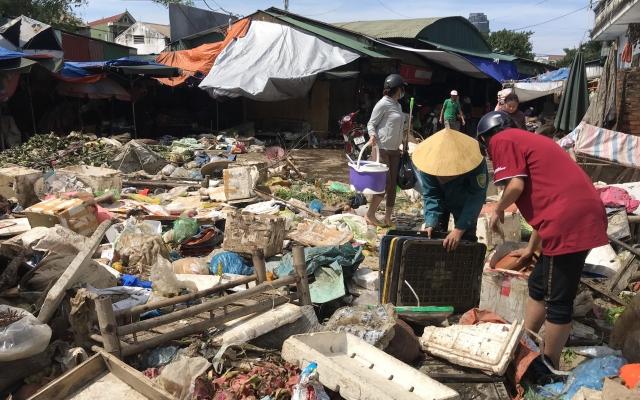 Tiểu thương Hà Tĩnh chết lặng nhìn hàng hóa thành rác sau trận lũ lịch sử
