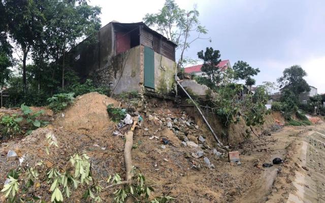 Những ngôi nhà chờ sập ngay bên bờ kè chống sạt lở