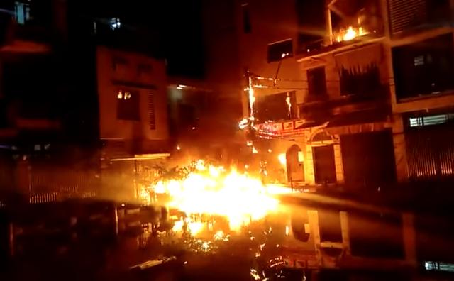"""Hà Nội: Người đàn ông ném """"bom xăng"""" sang nhà hàng xóm rồi châm lửa tự đốt nhà mình"""