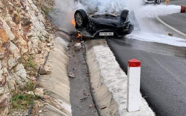 Quảng Ninh: Xế hộp mất lái đâm vào vách núi khiến 3 người thương vong
