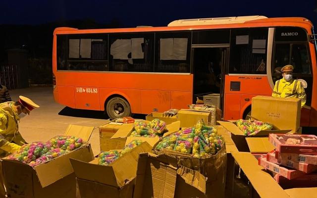 Quảng Ninh: Tạm giữ xe khách vận chuyển số lượng lớn đồ chơi trẻ em không có nguồn gốc
