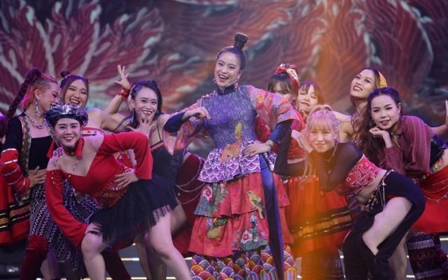 Hoàng Thùy Linh, Wowy rực rỡ trên sân khấu Tết Tân Thời