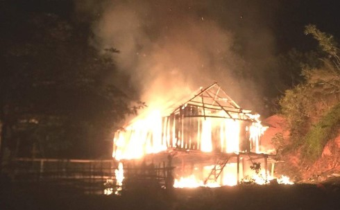 Nghịch tử buổi trưa vác dao đuổi chém bố mẹ, tối về phóng hỏa đốt nhà