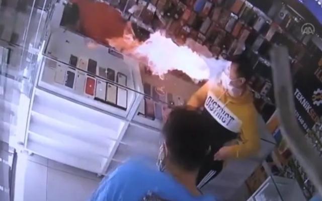 [Clip]: Hoảng hồn trước khoảnh khắc Smartphone phát nổ, lửa bao trùm lên đầu người đàn ông