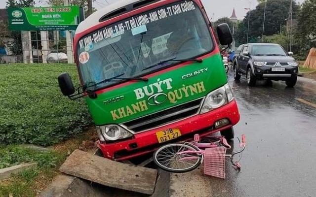 Trên đường đến trường một học sinh ở Nghệ An bị xe buýt tông tử vong
