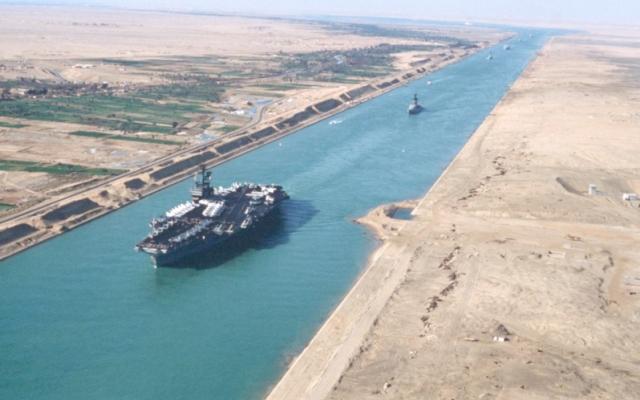 Kênh đào Suez lại ùn tắc vì một tàu dầu lại mắc cạn