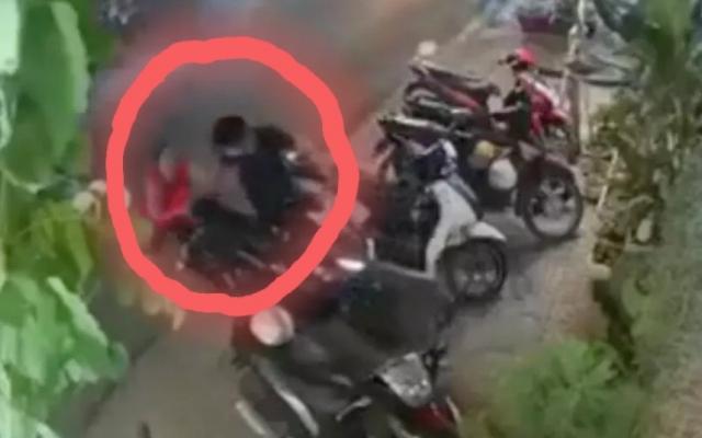 """Video: Tên trộm xe máy nhận cái kết """"sấp mặt"""" trước pha phản ứng cực gắt của người phụ nữ"""