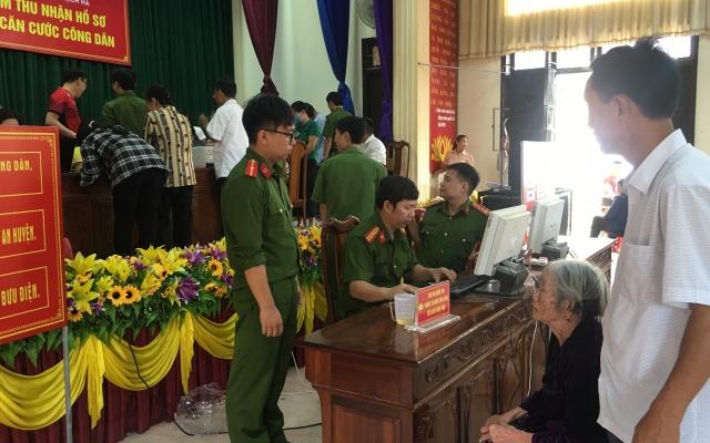 Hà Tĩnh: Làm thẻ Căn cước công dân gắp chíp điện tử xuyên ngày đêm, 3 tại chỗ