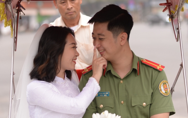 Ảnh cưới lãng mạn của nam Trung uý Công an nên duyên nhờ hộ chiếu