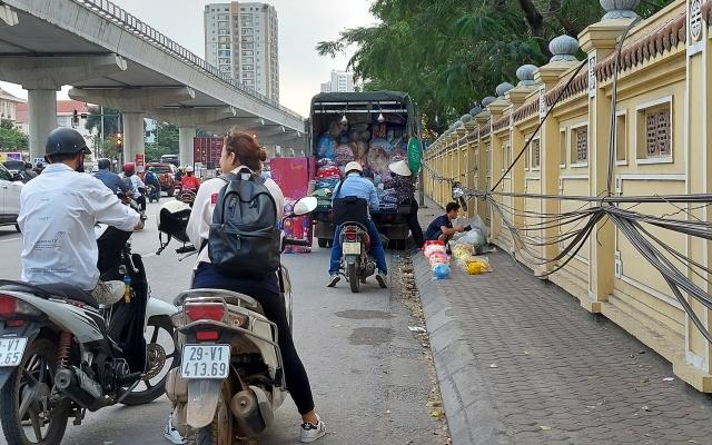 """(Mai Dịch - Hà Nội): Lực lượng chức năng đang ở đâu khi hàng rong """"xâm chiếm"""" đường phố?"""