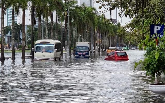 Thanh Hóa: Nhiều tuyến phố chìm trong cơn mưa đầu mùa
