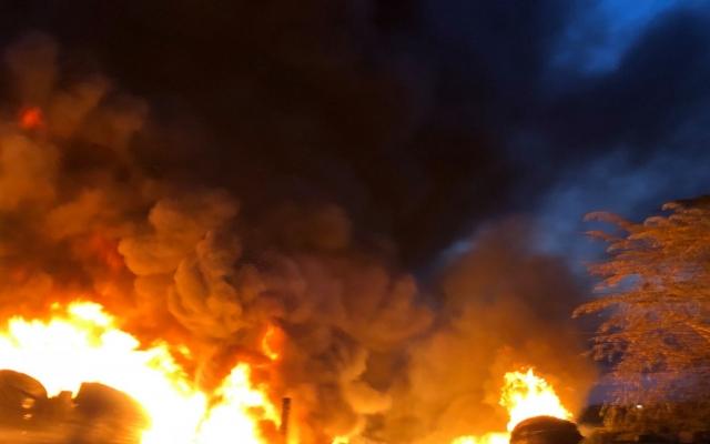 Bãi tập kết lốp xe cũ ở Nghệ An bốc cháy kinh hoàng tỏa ra nhiều khói đen, khí độc