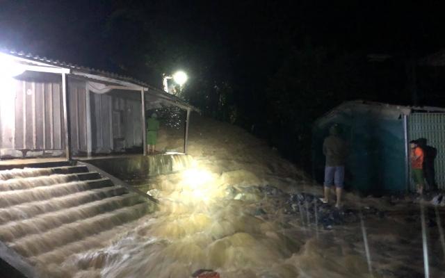 Mưa lớn suốt 24h, huyện biên giới ở Nghệ An bị ngập